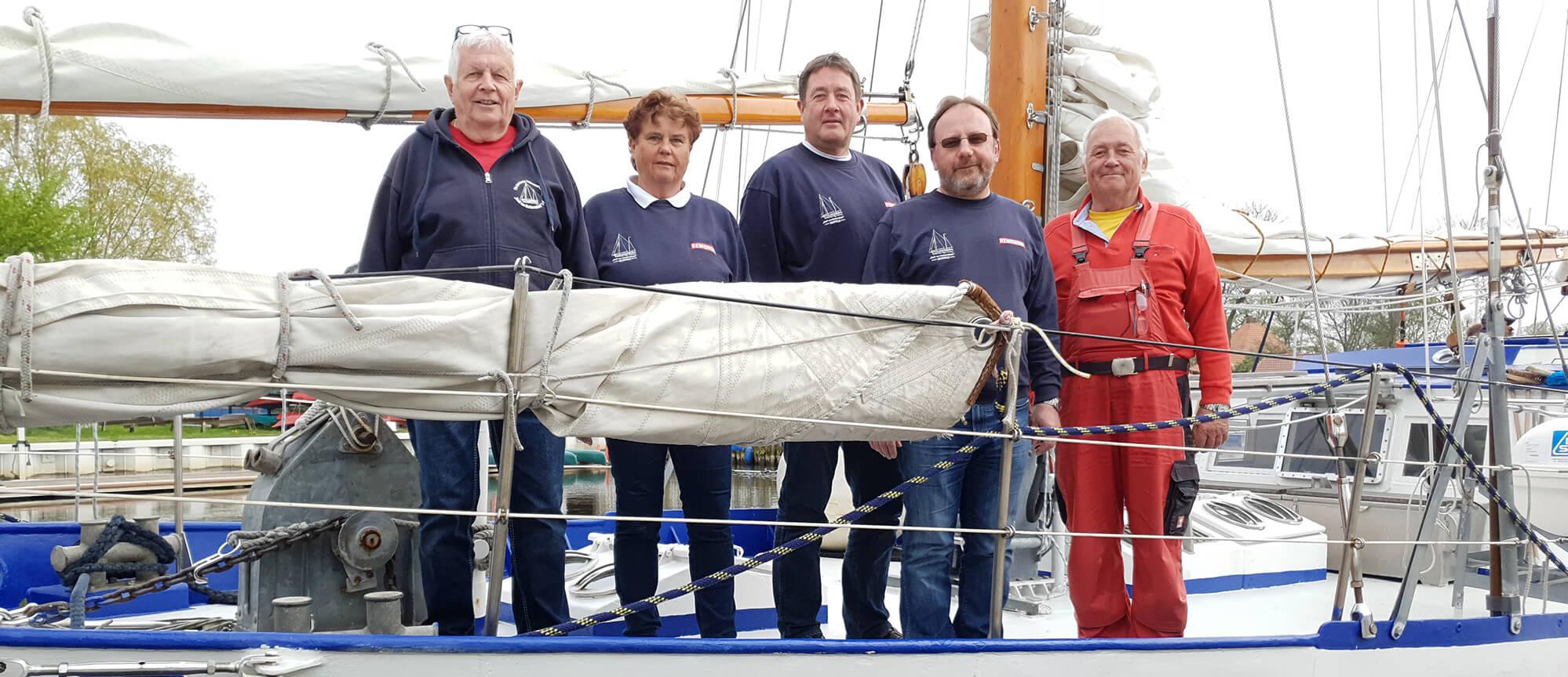 Gruppenbild vom Vorstand auf der Jugendsegelyacht Greif von Ueckermünde